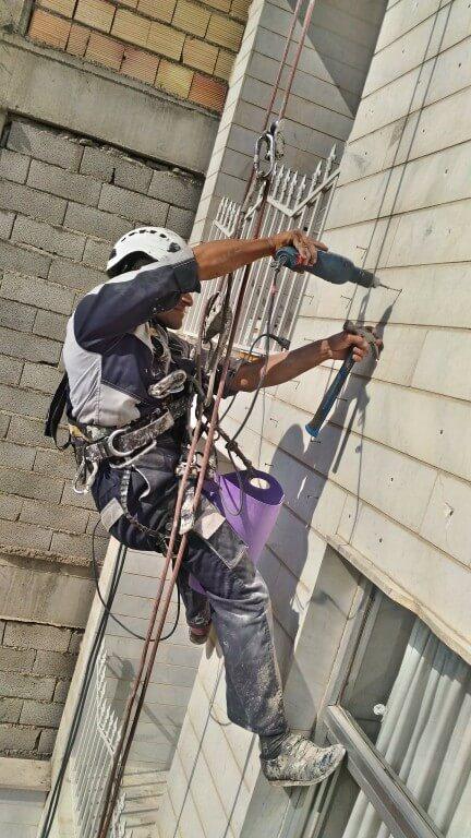پیچ و رولپلاک نمای ساختمان با طناب